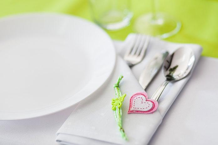 Jak udekorować stół na komunię w domu tanio i szybko