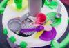 Plastikowa kuchnia zabawkowa z przyborami.