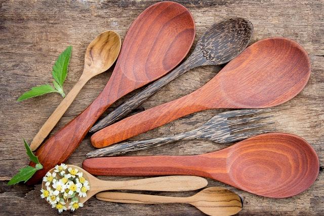 Drewniane łyżki i łopatki na stole, różnej wielkości.