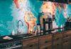 Drewniano-czarna kuchnia z backsplash'em jako mapą