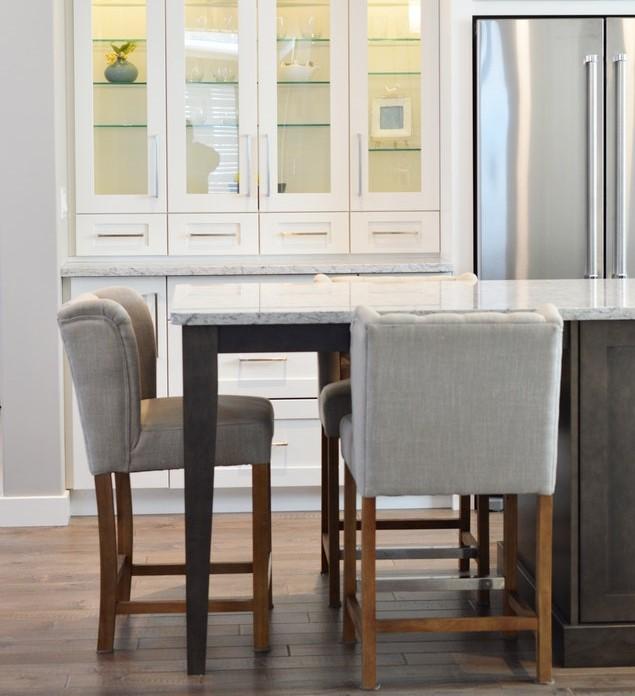 Stół-wyspa kuchenna z krzesłami.