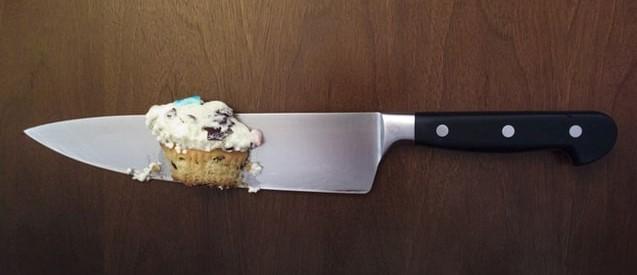 Ostry nóż z kawałkiem ciasta.