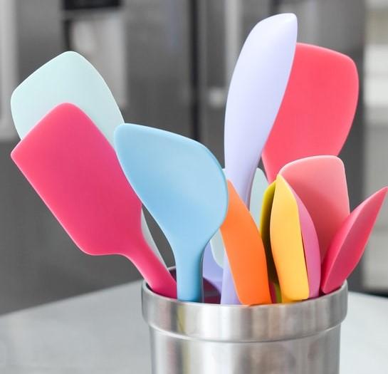 Kolorowe przybory kuchenne, łyżki i łopatki.