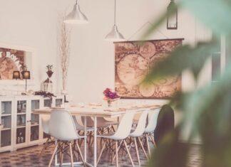 Salon z dużym białym stołem i białymi krzesłami.