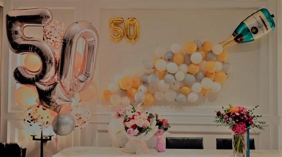 """szare, białe i żółte balony oraz jeden duży balon """"50"""""""