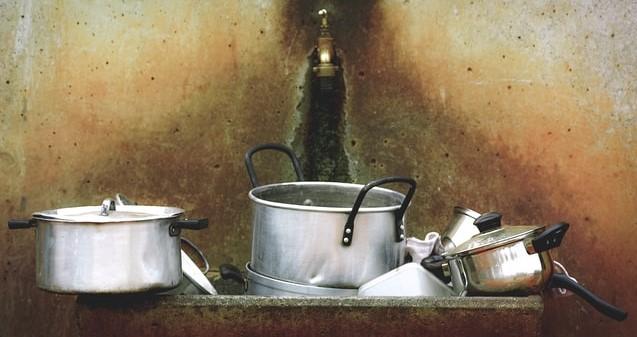 Namalowane srebrne garnki ze stali nierdzewnej.