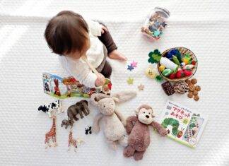 Małe dziecko bawiące się zabawkami.