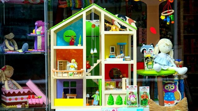 Drewniany domek dla lalek i lalki