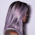 Dziewczyna z długimi, fioletowymi, włosami.