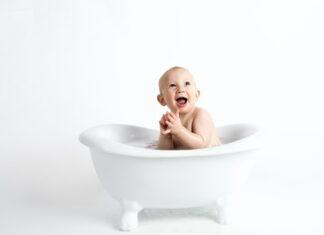 Portret małego dziecka w białej wanience.