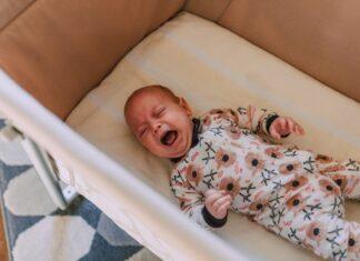Portret płaczącego noworodka.