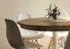 Białe plastikowe krzesła i drewniany stół.