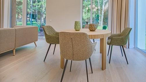 stół z beżowymi, materiałowymi krzesłami