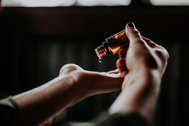 Ręce trzymające olejek