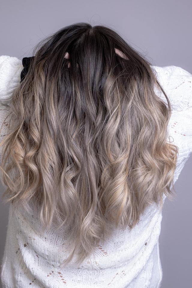 Włosy ombre blond.