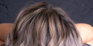 Kręcone włosy ombre
