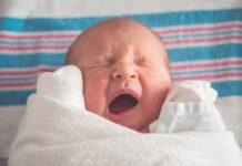 Małe, płaczące dziecko - portret.