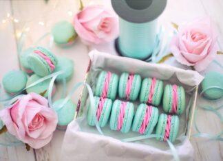 Ręcznie robione zielono-różowe makaroniki.