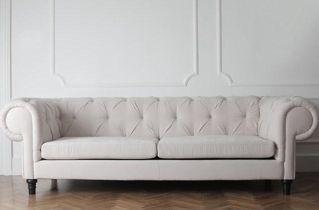 Kremowa, elegancka, pikowana sofa.