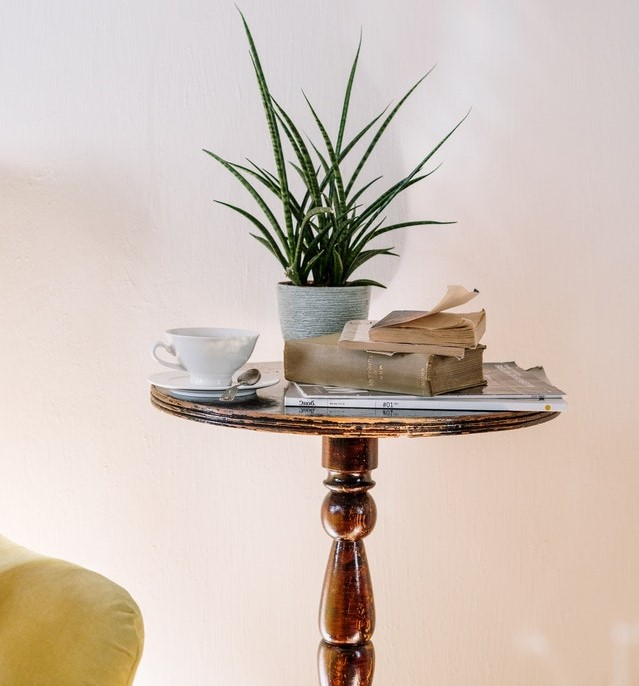 Drewniany, okrągły stolik kawowy.
