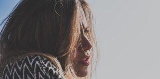 Profil dziewczyny z suchymi i lekko rozczochranymi włosami.
