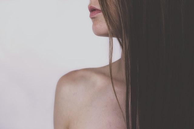 Profil dziewczyny z długimi, prostymi włosami.