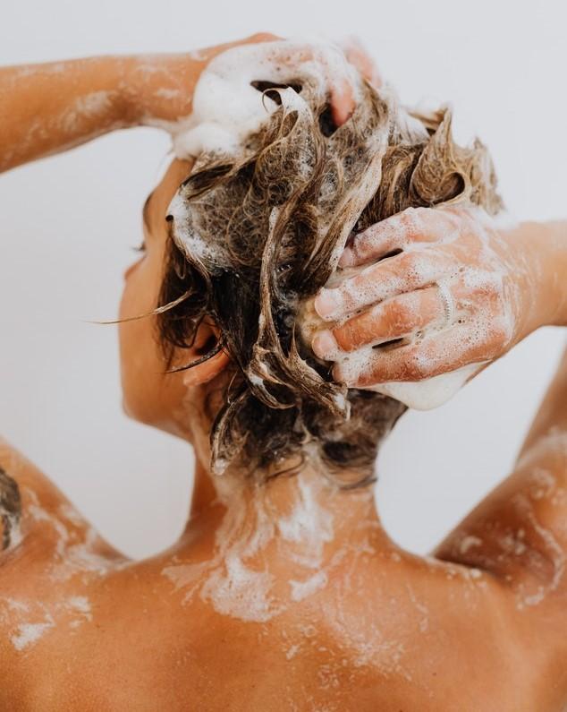Dziewczyna myjąca włosy.