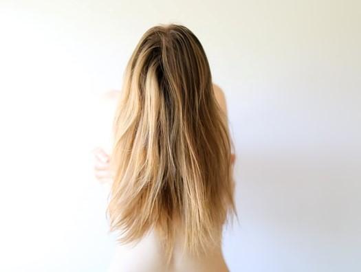 Dziewczyna tyłem z długimi, blond włosami.