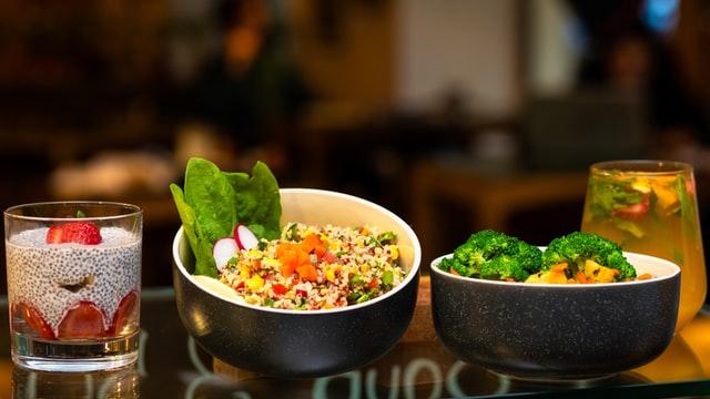 2 miski z sałatkami. Zdrowe i kolorowe jedzenie.
