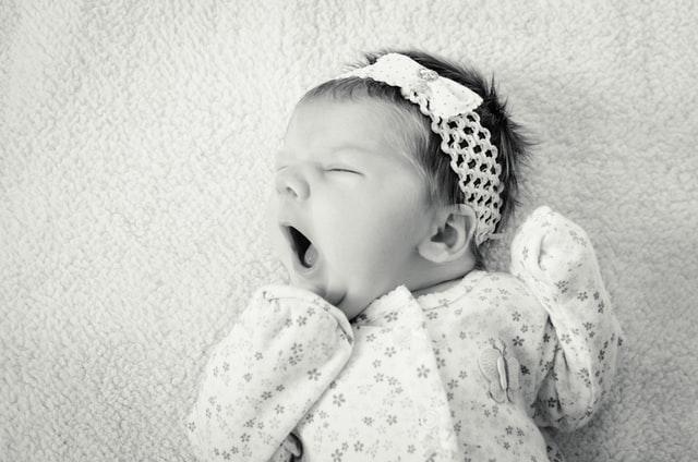 Czarno białe zdjęcie ziewającego noworodka